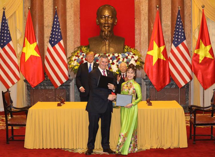 CEO Vietjet - Nguyễn Thị Phương Thảo trao hợp đồng với ông Kevin McAllister, Chủ tịch kiêm Giám đốc Điều hànhBoeing. Ảnh: Ngọc Thành