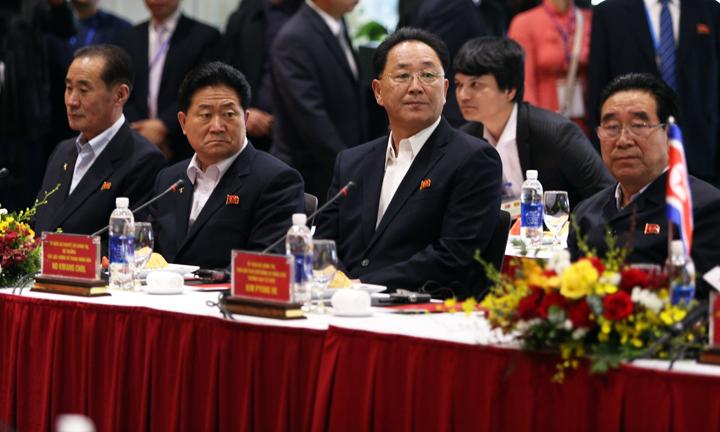 Đoàn lãnh đạo Triều Tiên nghe các đại diện của Vingroup giới thiệu. Ảnh: Anh Tú