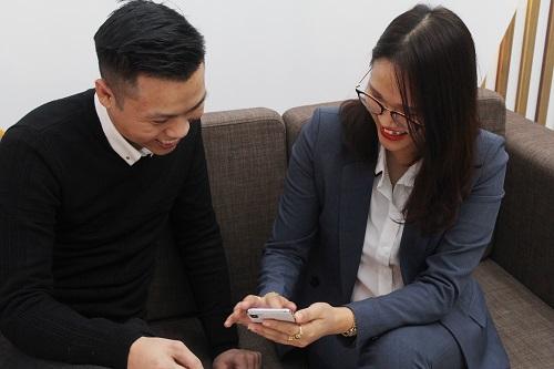 Chị Đặng Vân (phải) - một trong những chủ công ty ứng dụng hiệu quả Bot Bán Hàng trong công việc kinh doanh. Ảnh: Triệu Nguyễn.