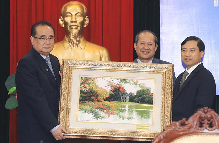 Lãnh đạo Tập đoàn Viettel tặng phái đoàn Triều Tiên một bức tranh chụp ảnh Hồ Gươm. Ảnh: Hữu Khoa