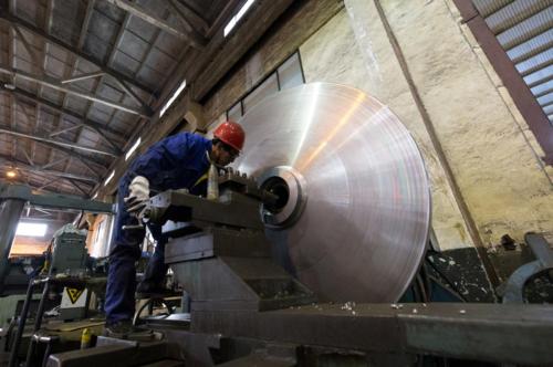 Công nhân làm việc trong một nhà máy ở Giang Tô (Trung Quốc). Ảnh: Reuters