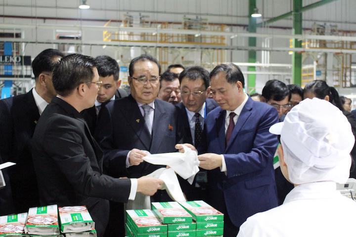 Đoàn Triều Tiên nghe giới thiệu về sản phẩm túi màng bọc vi sinh của An Phát.
