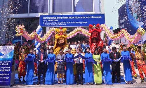 Nghi thức cắt băng khai trương trụ sở mới Ngân hàng Bản Việt Tiền Giang.