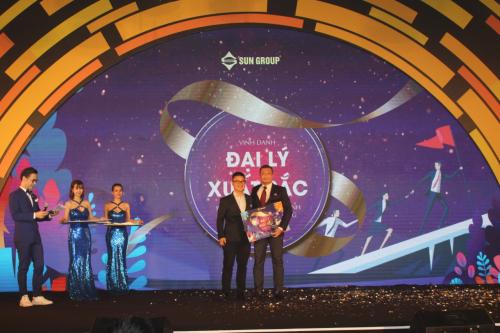 Đại diệnSmartRealtors and Partners đón nhận danh hiệu Đại lý xuất sắc năm 2018 từ Sun Group.