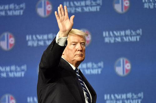 Tổng thống Mỹ - Donald Trump vẫy tay chào kết thúc họp báo sau hội nghị thượng đỉnh Mỹ - Triều tại Hà Nội ngày 28/2. Ảnh: Giang Huy