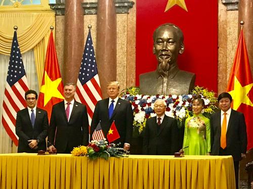 Tổng thống Mỹ Donald Trump và Tổng Bí thư, Chủ tịch nước Nguyễn Phú Trọng chứng kiến lễ ký kết giữa Viejet với Boeing và General Electric. Ảnh: Ngọc Thành