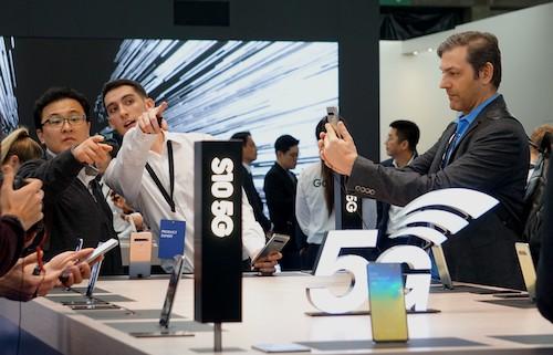 Người dùng tìm hiểuthiết bị sử dụng mạng 5G tại Hội nghị di động thế giới MWC 2019. Ảnh: Viễn Thông