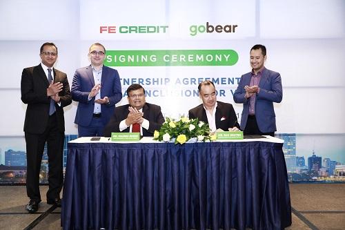 Ông Bảo Nguyễn (thứ hai từ phải sang) - Giám đốc Điều hành GoBear Việt Nam và ông Kalidas Ghose (thứ ba từ trái sang) - Phó chủ tịch kiêm Tổng giám đốc FE Credit
