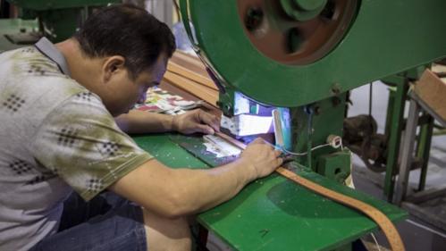 Công nhân làm việc trong một nhà máy ở Quảng Châu (Trung Quốc). Ảnh: Bloomberg