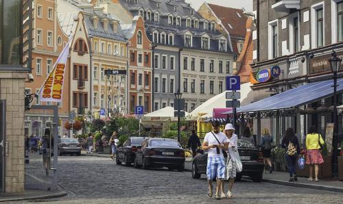 Tại Riga - thủ đô Latvia, mức chi tiêu trung bình đối với gia đình hai vợ chồng và hai con là khoảng 800 Euro mỗi tháng, giá căn hộ khoảng 20.000 Euro hoặc mua nhà riêng 3 phòng khoảng 60.000 Euro.