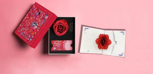 Bộ quà tặng 8/3 của VinMarttrang nhã nhờ hộp hoa hồng được thiết kế một cách tinh tế, sang trọng.