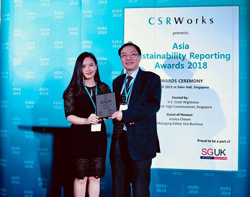 Đại diện ngân hàng nhận giải thưởng từ tổ chức CSRWorks International.