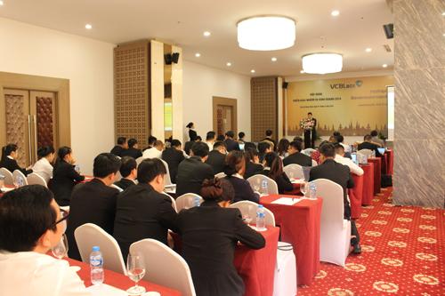 Ông Nguyễn Hữu Hiệp - Tổng giám đốc Vietcombank Lào báo cáo tại hội nghị.
