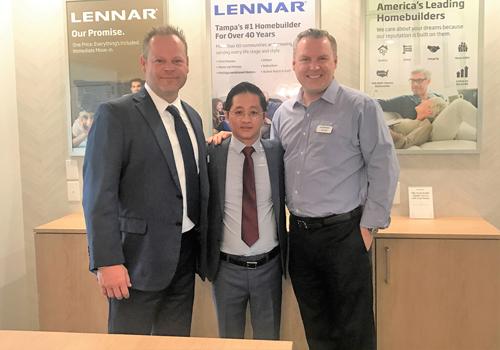 Ông Jeff Grant - Đại sứ toàn cầu của Lennar, ông Chris Đặng, nhà sáng lập Interhome cùng đại diện của Lennar và ông Adam, Giám đốc Phát triển kinh doanh Quốc tế tại Lennar (từ trái qua phải) chụp ảnh lưu niệm.