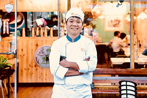 Đoàn Ngọc Quang bên trong nhà hàng ẩm thực Việt Nam của anh tại Seoul. Ảnh: Luân Vũ