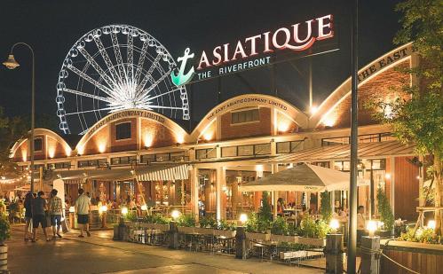 Một góc khu phố đi bộ, mua sắm nổi tiếng Asiatique The Riverfront Thái Lan.