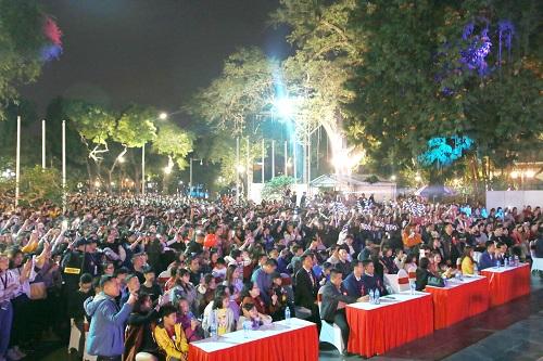 Hàng nghìn người theo dõi đêm nhạc.