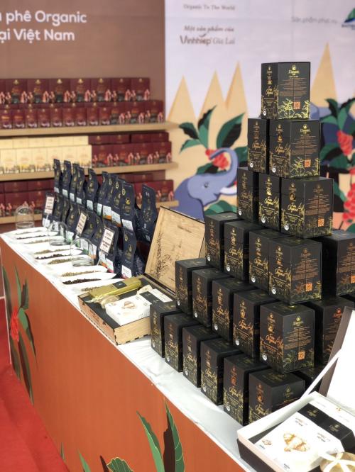 Sản phẩm cà phê hữu cơ Fine Organic rang nguyên hạt được trưng bày trên quầy triển lãm trong lễ hội cà phê Buôn Mê Thuột 2019.
