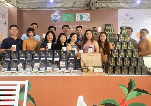 Bà Trần Thị Lan Anh - Giám đốc L'amant Café cùng ekip nhân viên và khách hàng tại quầy triển lãm tại lễ hội Cà phê Buôn Mê Thuột 2019.