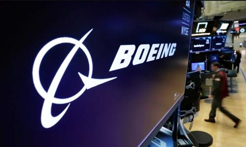 Logo Boeing trên một màn hình tại Sàn chứng khoán New York (NYSE). Ảnh: Reuters