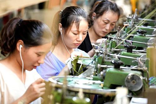 Công nhân Trung Quốc trong một nhà máy ở Hà Nam. Ảnh: AFP
