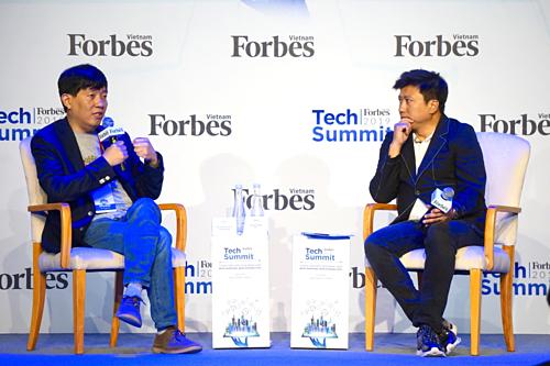 Ông Lee Jea-Woong - CEO SoCar (cầm mic, bên trái) và ông Nguyễn Bảo Hoàng - Chủ tịch Phoenix Holdings. Ảnh: Viễn Thông