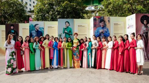 Đại sứ Trang Phương (đội mấn đứng giữa) tại buổi diễu hành hôm 3/3.