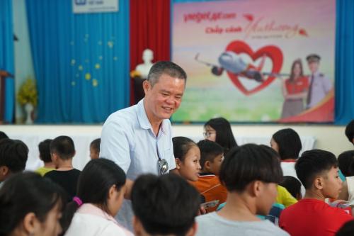 Phó giám đốc Thương mại Nguyễn Dương Bình gửi đến các em nhỏ những phần quà như lời khích lệ các em học tập, rèn luyện.Theo đại diện làng trẻ, sự quan tâm của các tấm lòng như của người Vietjet là động lực lớn lao để cán bộ nhân viên và các mẹ, các em cùng nỗ lực.