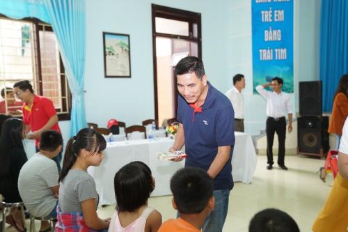 Phó giám đốc Thương mại Hà Năng Việt cũng tham gia đoàn thiện nguyện.