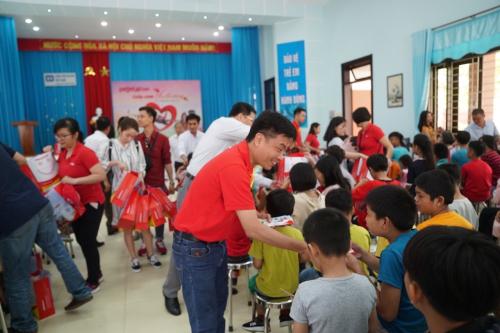 Giám đốc Văn phòng miền Trung Trần Hoàng Linh thăm và tặng quà cho các em.