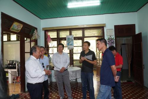 Lãnh đạo Vietjet tới thăm từng ngôi nhà - nơi nuôi dưỡng hơn 450 trường hợp khó khăn kể từ khi làng trẻ em SOS được thành lập năm 1993. Giám đốc Làng trẻ em SOS Đà Nẵng - ông Nguyễn Quang Thái (bìa trái)-gửi lời cảm ơn sâu sắc nhất tới hãng bay vìđã đóng góp cho xã hội và cho làng trong suốt thời gian qua.