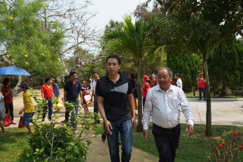 Ngày 17/3, Phó tổng giám đốc Vietjet Nguyễn Thanh Sơn (trái) cùng các đồng nghiệp đến làng trẻ em SOS Đà Nẵng thăm và tặng những phần quà thiết thực cho hơn 150 em nhỏ cùng các mẹ cũng như trò chuyện thân mật với ban lãnh đạo, nhân viên làng trẻ em SOS Đà Nẵng. Cácnăm qua, Vietjetnhiều lần ghé thăm và tổ chức chương trình tương tự cho các em nhỏ.