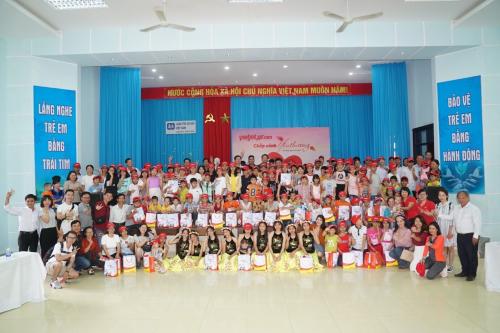 Đại gia đình làng trẻ em SOS Đà Nẵng vui mừng chào đón các thành viên Vietjet. Các em cùng các mẹ, các dì chuẩn bị tiết mục múa