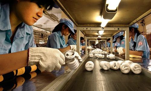 Sản xuất bóng đèn tại một doanh nghiệp trong nước.