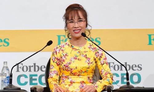 Nữ tỷ phú tự thân đầu tiên của Việt Nam Nguyễn Thị Phương Thảo thu hút sự quan tâm các CEO thế giới tại Forbes Global CEO khi chia sẻ hành trình phát triển của hãng hàng không giá rẻ Vietjet Air.