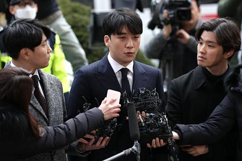 Seungri tại một đồncảnh sát ở Seoul ngày 14/3. Ảnh: AFP
