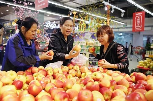 Người tiêu dùng chọn mua trái cây tại một hệ thống siêu thị ở Hà Nội. Ảnh: Hà My