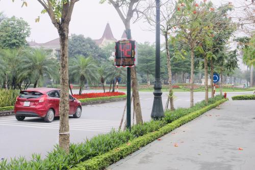 Cột đèn Led hiển thị số màu đỏ giúp người tham gia giao thông nhận thức được tốc độ di chuyển của mình để điều chỉnh phù hợp