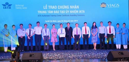 Ban giám đốc VIAGS chụp ảnh lưu niệm cùng đại diện IATA và khách mời.