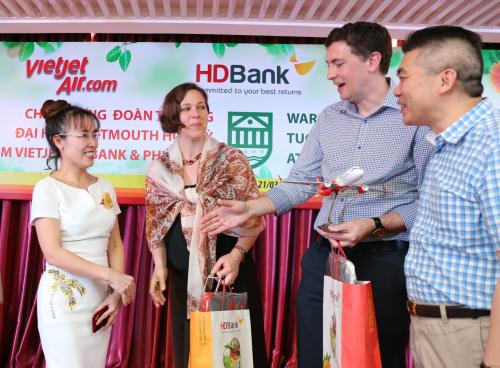 CEO Nguyễn Thị Phương Thảo trò chuyện cùng hai giáo sư Đại học Dartmouth.