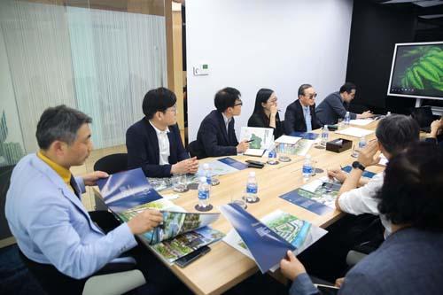Các đối tác Hàn làm việc với đại diện Đất Xanh Miền Trung.