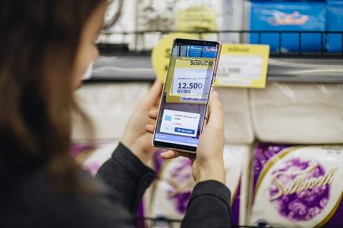 Công nghệ Scan & Go giúp chị em mua sắm khỏi phải xách nặng.