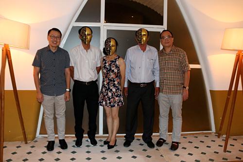 Ba người trúng Jacpot duy nhất đến dự trong số 40 người được mời chụp ảnh cùng lãnh đạo Vietlott và công ty Berjaya. Ảnh: Vietlott