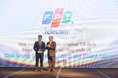 Ông Chu Hùng Thắng - Phó Tổng Giám đốc FPT Telecom nhận kỷ niệm chương từ ban tổ chức.