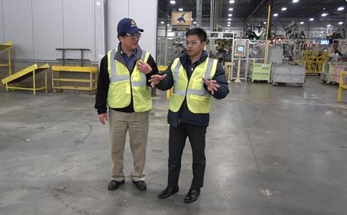 Ông Trần Văn Tỉnh thẩm định Nhà máy AJIN tại Mỹ – sản xuất thân xe cho hãng Hyundai Kia, dự án độc quyền của IMM Group.