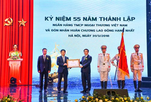 Vietcombank đón nhận huân chương lao động hạng nhất ngaykỷ niệm 55 năm thành lập.