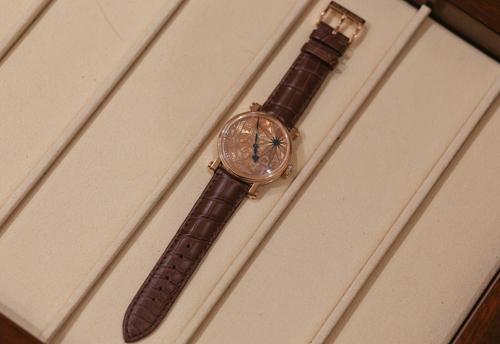 Đồng hồ Speake-Marin lấy cảm hứng từ trống đồng Đông Sơn, giá hơn 900 triệu đồng. Ảnh: Anh Tú