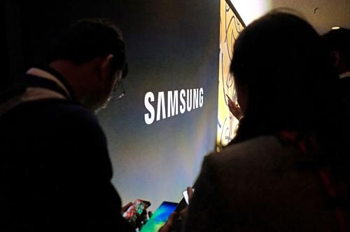 Khách tham quan tại một sự kiện của Samsung ở California (Mỹ). Ảnh: Reuters