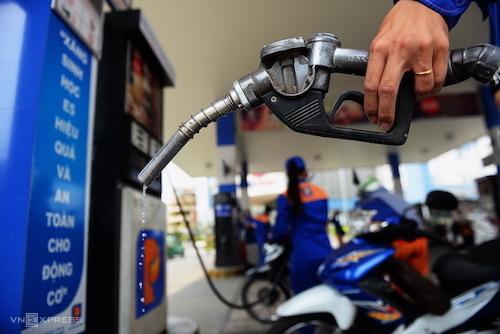 Bơm xăng tại một trạm bán lẻ ở Quận 2, TP HCM. Ảnh: Hữu Khoa