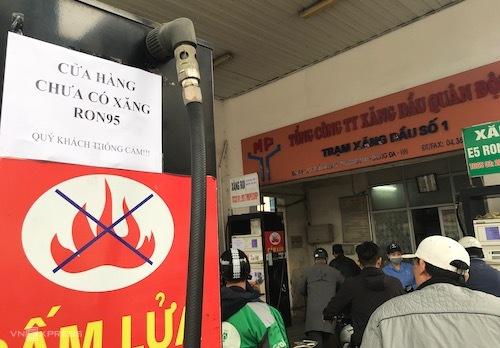Cửa hàng xăng dầu trên đường Giải Phóng dán thông báo chưa có xăng RON 95. Ảnh: Hoài Thu
